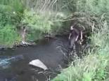 Adam Ufacık Dereden Kocaman Balık Tututyor