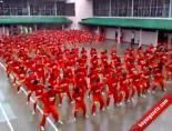 Bin Mahkum, Aynı Anda Gangnam Style Dansı Yaptı
