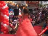 Konya'da Sokakta Gelinlik Defilesi