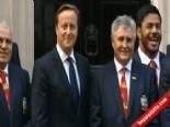 İngiltere Başbakanı David Cameron'a Kulak Şakası