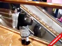 AVM sahibi küçük kız müşterilerini uğurluyor