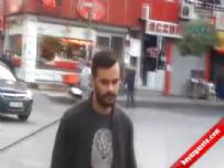 Polise satırla saldıran kişi kamerada