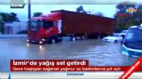 İzmir'i Sel Aldı.. Sokaklar Göle Döndü!