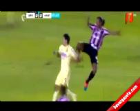 Ronaldinho'dan rakibine tekme