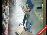 Balkondan Düşen Bebeği Havada Yakaladı