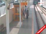 Bir anda tramvayın önüne atladı!