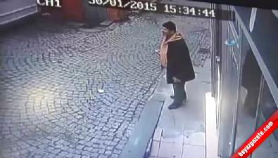 İstanbul Taksim Meydanı'nda Polise Saldıran Kadının Kaçma Anı Kamerada!