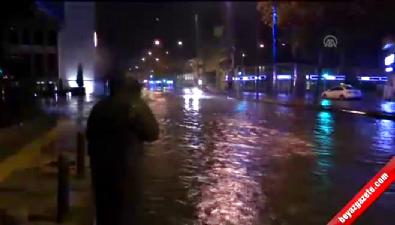 İzmir'de sağanak nedeniyle bazı ev ve iş yerlerini su bastı
