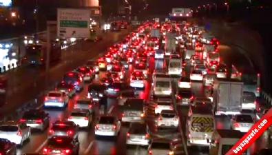 İstanbul'da etkili olan kar yoğun trafiğe yol açtı