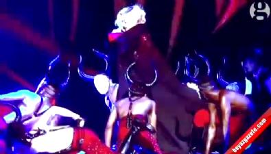 Madonna sahneden yere çakıldı!