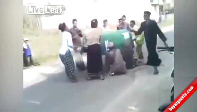 Cenazeyi Tabuttan düşürdüler