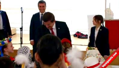 Davutoğlu'nu bu kez minik Ece korudu