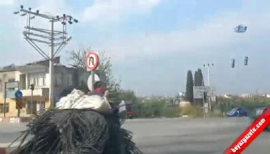 Hortum taşıyan motosiklet sürücüsü
