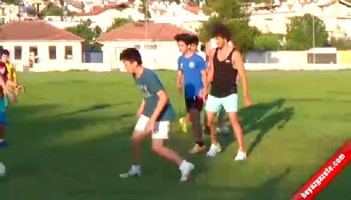 Salih Uçan memleketinde çocuklarla futbol oynadı
