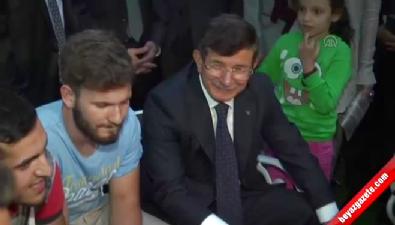 Başbakan Davutoğlu gençlerle birlikte horon oynadı