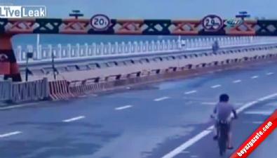 Kamyonun köprünün bariyerine çarpma anı kamerada