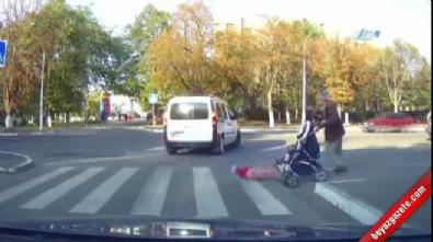 Bebeğini arabadan böyle düşürdü