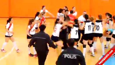 Voleybol Maçında Kavga... Kadın Oyuncular Tekme Tokat Birbirlerine Girdi