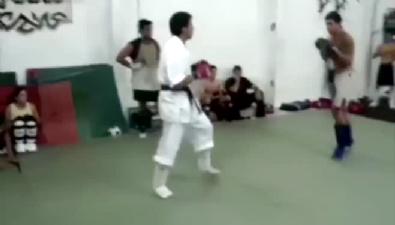 Sokak dövüşçüsü karate hocasını fena dövdü!