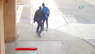Akıl hastası adam önüne geleni bıçakladı