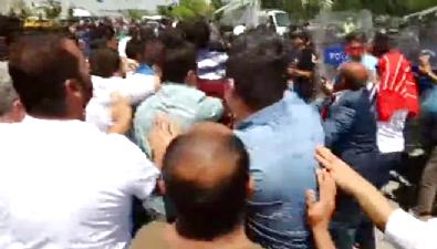CHP'liler polisleri tekmeledi!