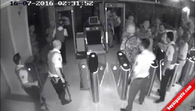 Darbeci askerlerle polisin kavga anı