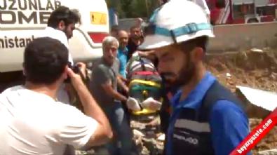 Kepçe ile yıkılan binadan kopan beton, işçinin üstüne düştü