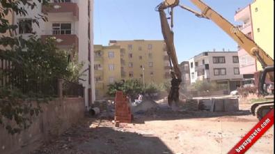 Terör mağdurlarının yaşadığı bina DBP'li belediye tarafından yıkıldı