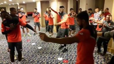 Adanasporlu futbolcular Çiftetelli oynadılar