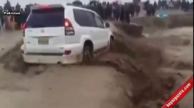 Pakistan'da sel sularına teslim oldu