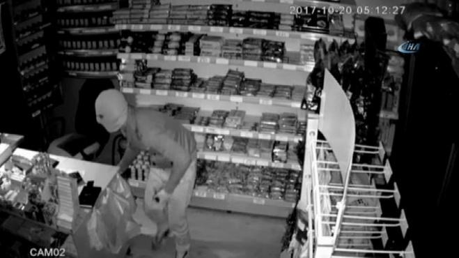polis ekipleri - Kocaeli Derince'de 3 dakikada büfe soygunu! İşte o anlar.. İzle