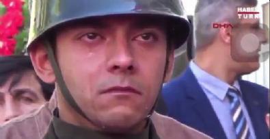 Şehit babası askerin gözyaşlarını sildi