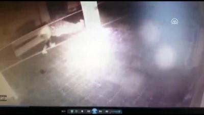 Güvenlik kamerasını fark eden hırsız emekleyerek kaçtı - BURSA