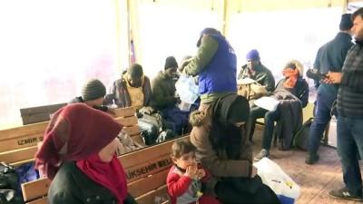 Kayalıklarda mahsur kalan göçmenler kurtarıldı (12) - İZMİR