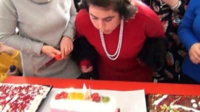 Engelli genç kızın doğum günü sevinci