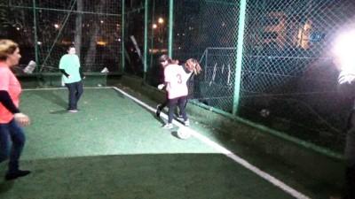 Bursa'da fıkra gibi olay...Bursalı kadınlardan kuralsız futbol