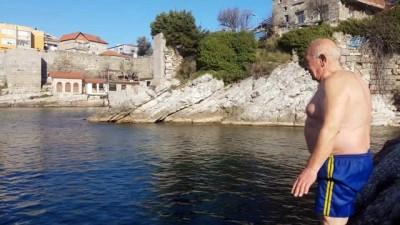 Soğuk havaya aldırış etmeyen 65 yaşındaki vatandaş her gün denize giriyor