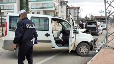 Hafif ticari araç elektrik direğine çarptı: 2 yaralı