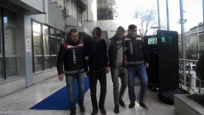 Yaşlı kadının evini sattırmaya çalışan sahte polisler gerçek polisler tarafından yakalandı