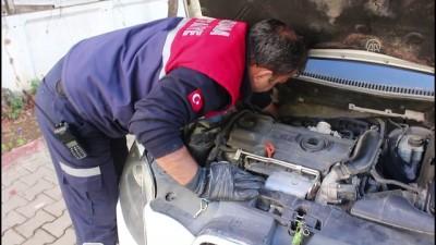 Otomobilde sıkışan yavru kediyi itfaiye kurtardı - ADANA