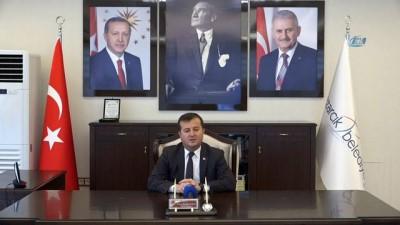 Başkan canlı yayında depreme yakalandı