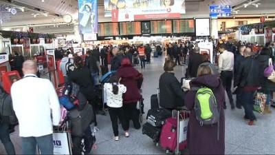 Havalimanında yılbaşı yoğunluğu... Liglere ara verilmesi nedeniyle futbolcular ülkelerine gitti