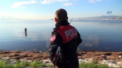 Kıyıda ekipler, denizde kaçak midye avcıları... Polis ve zabıta ekiplerini gören avcılar denize kaçtı