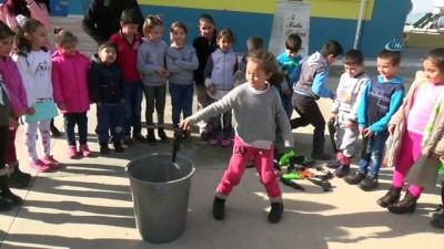 Öğrenciler oyuncak silahlarını çöpe attı, hediyeyi kaptı