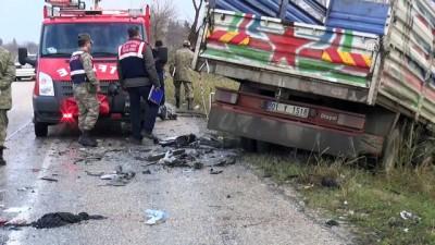 Kamyonetle otomobil çarpıştı: 3 ölü, 4 yaralı - OSMANİYE