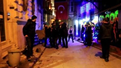 İstiklal'de gece kulübü bodyguardlarından sarhoş kişiye tekme tokat dayak kamerada