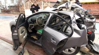 Kontrolden çıkan otomobil beton direğe çapması sonucu hayatını kaybeden kişi sayısı 2'ye yükseldi