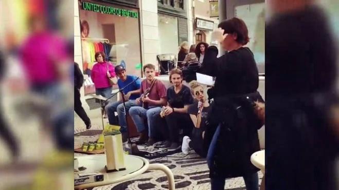 instagram - İrem Derici sokakta şarkı söyledi; kimse tanımadı!