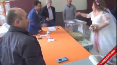 Gelinlik ve damatlıklarıyla oy kullandılar
