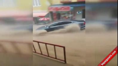İzmir'deki selde lüks araç sürüklendi